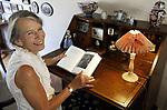 Foto: VidiPhoto<br /> <br /> ARNHEM &ndash; Portret van Edith Schouten uit Arnhem. Haar man was ooit Tweede Kamerlid voor de ARP. Zijn verhalen over de staatsman Groen van Prinsterer inspireerden Edith om een roman te schrijven over Betsy, de vrouw van Groen van Prinsterer.