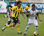 La Equidad se impuso contundentemente 4 – 0 a Alianza Petrolera en juego válido por la novena jornada del Torneo Clausura Colombiano 2013 /  Arnaldo Pereira (l) luchando un balón con Jonathan Álvarez (d)