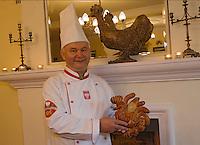 """Europe/Pologne/Kazimierz Dolny: César Sarzynski boulanger et cuisinier dans son restaurant """"Piekarna Sarzynski"""" avec ses coqs de Kazimierz en pate."""