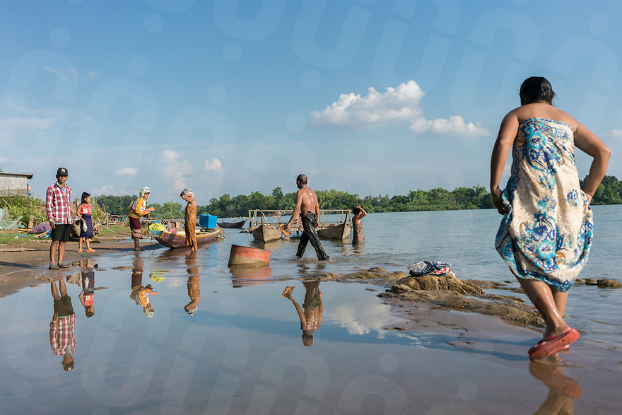 May 1st, 2017 - Nakasang (Laos). After swimming along the banks of Nakasang, phi bob bathe and change into fresh clothing. © Thomas Cristofoletti / Ruom