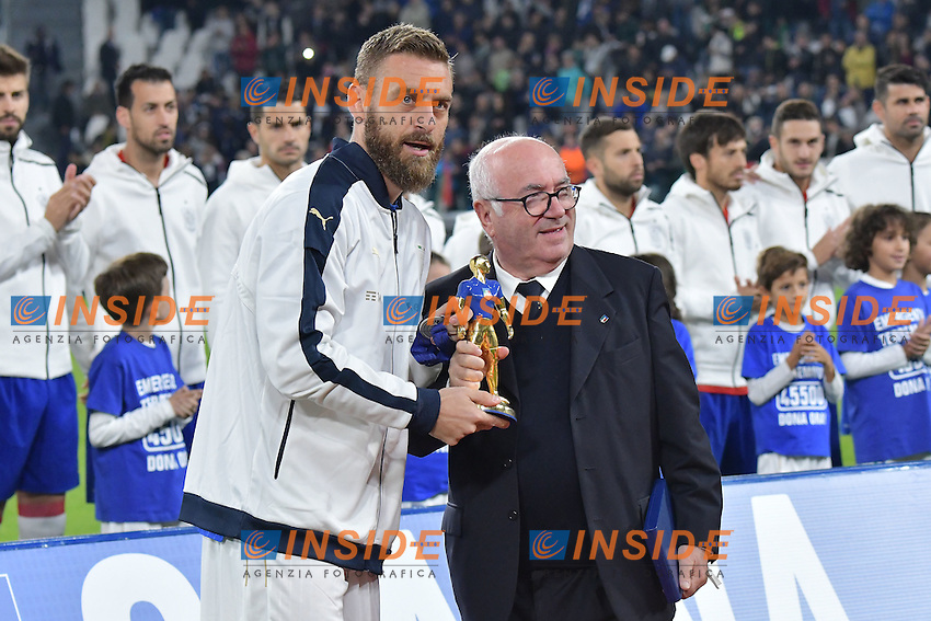 Daniele De Rossi premiato per 100 presenze in nazionale da Carlo Tavecchio <br /> Awarded for 100 matches with national team <br /> Torino 06-10-2016 Juventus Stadium <br /> World Cup Qualifiers Italy - Spain / Italia - Spagna. Foto Andrea Staccioli / Insidefoto