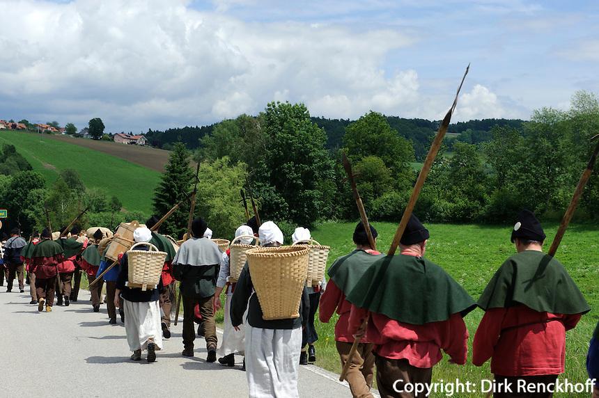 Historischer Säumerzug am Goldenen Steig im bayrischen Wald, Bayern, Deutschland