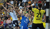 Handball Frauen Champions League 2013/14 - Handballclub Leipzig (HCL) gegen RK Krim Ljubljana am 13.10.2013 in Leipzig (Sachsen). <br /> IM BILD: Natalie Augsburg (M., HCL) mit dem Wurf gegen Talida Tolnai (r., Krim), links: Barbara Lazovic-Varlec (Krim) <br /> Foto: Christian Nitsche / aif