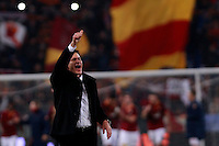 Calcio, quarti di finale di Coppa Italia: Roma vs Juventus. Roma, stadio Olimpico, 21 gennaio 2014.<br /> AS Roma coach Rudi Garcia, of France, greets fans at the end of the Italian Cup round of eight final football match between AS Roma and Juventus, at Rome's Olympic stadium, 21 January 2014. AS Roma won 1-0.<br /> UPDATE IMAGES PRESS/Isabella Bonotto