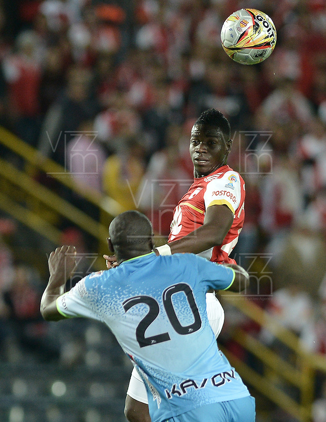 BOGOTÁ -COLOMBIA, 25-04-2015. Yamilson Rivera (Der.) jugador de Independiente Santa Fe disputa el balón con Elkin Mosquera(Izq.) jugador de Jaguares FC durante partido entre Independiente Santa Fe y Jaguares FC por la fecha 17 de la Liga Aguila I 2015 jugado en el estadio Nemesio Camacho El Campin de la ciudad de Bogota. / Yamilson Rivera (R) player of Independiente Santa Fe struggles for the ball with Elkin Mosquera (L) player of Jaguares FC during a match between Independiente Santa Fe and Jaguares FC for the 17th date of the Liga Aguila I 2015 played at Nemesio Camacho El Campin Stadium in Bogota city. Photo: VizzorImage/ Gabriel Aponte / Staff