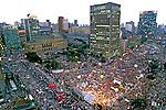 Manifestação pró impeachment de Collor no Vale do Anhangabaú. São Paulo. 1992. Foto de Juca Martins. .