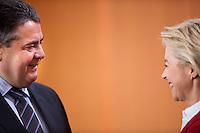Berlin, Bundeswirtschaftsminister und Vizekanzler Sigmar Gabriel (SPD) und Verteidigungsministerin Ursula von der Leyen (CDU) am Mittwoch (17.09.2014) im Bundeskanzleramt vor der Kabinettsitzung. Foto: Steffi Loos/CommonLens