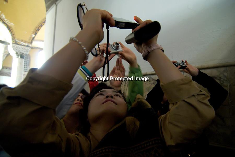 TURQUIA-ESTAMBUL.Grupo de turistas japoneses haciendo fotos en el interior de la Basilica de Santa Sofia en Estambul..foto JOAQUIN GOMEZ SASTRE©