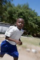 Afrique/Afrique de l'Est/Tanzanie/Bagamoyo: ecolier à la sortie des cours - Garçon