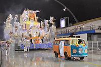 SAO PAULO, SP, 10 FEVEREIRO 2013 - CARNAVAL SP - UNIDOS DE SANTA BÁRBARA - Integrantes da escola de samba Unidos de Santa Bárbara durante desfile do Grupo de Acesso no Sambódromo do Anhembi na região norte da capital paulista, neste domingo, 10 FOTO: LEVI BIANCO - BRAZIL PHOTO PRESS