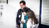 RIO DE JANEIRO, RJ, 02.10.2016 - ELEIÇÕES-RIO - O atual prefeito, Eduardo Paes, vota em sua sessão no Gávea Country Club, em São Conrado, zona sul do Rio de Janeiro na na manhã desse domingo, 02. (Foto: Jayson Braga / Brazil Photo Press)