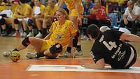 Handball, Frauen, 1. Bundesliga. HC Leipzig gg Bayer Leverkusen. im Bild:  Am Boden: Leipzigs Sara Eriksson und Leverkusens Stefanie Egger.  Foto: Alexander Bley