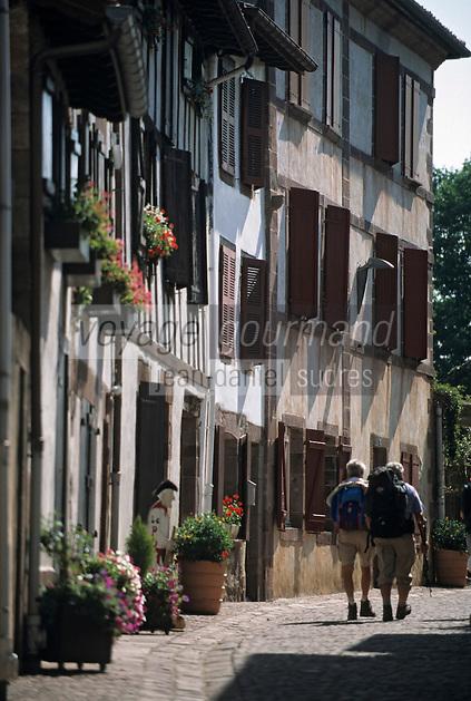 Europe/France/Aquitaine/64/Pyrénées-Atlantiques/Saint-Jean-Pied-de-Port: Rue de la Citadelle - Maisons basques et pèlerins sur le chemin de Saint Jacques de Compstelle