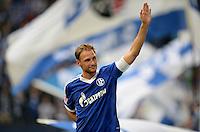 FUSSBALL   1. BUNDESLIGA   SAISON 2013/2014   8. SPIELTAG FC Schalke 04 - FC Augsburg                                05.10.2013 Benedikt Hoewedes (FC Schalke 04) winkt nach dem Abpfiff zu den Fans