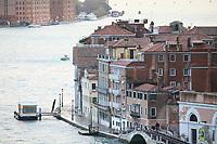Promenade am großen Kanal in Venedig - 26.11.2017: Hafeneinfahrt Venedig mit der Costa Deliziosa