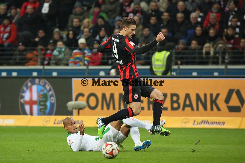 Theodor Gebre Selassie (Werder) klaert gegen Haris Seferovic (Eintracht) - Eintracht Frankfurt vs. SV Werder Bremen, Commerzbank Arena