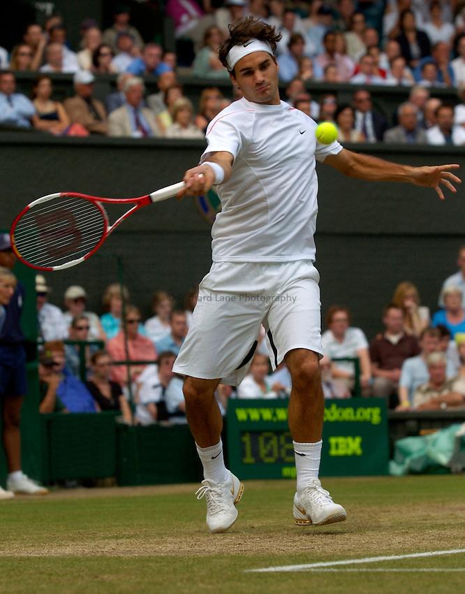 Photo: Richard Lane..Wimbledon Championships. 05/07/2006. .Roger Federer of Switzerland returns.