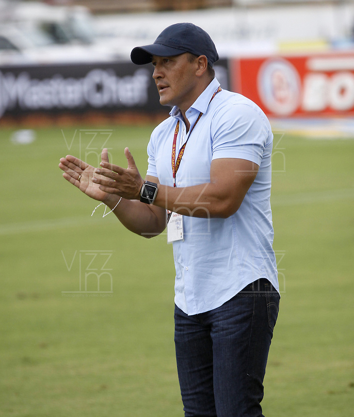 NEIVA, COLOMBIA, 24-04-2016: Jose Fernando Santa técnico de Atlético Huila gesticula durante partido contra Deportes Tolima por la fecha 14 de la Liga Águila I 2016 jugado en el estadio Guillermo Plazas Alcid de la ciudad de Neiva./ Jose Fernando Santa coach of Atletico Huila gestures during match against Deportes Tolima for the date 14 of the Aguila League I 2016 played at Guillermo Plazas Alcid in Neiva city. VizzorImage / Sergio Reyes / Cont