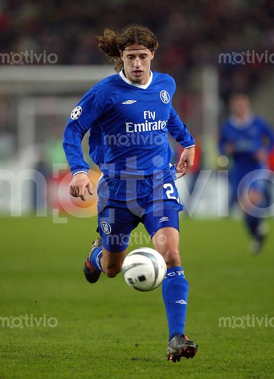 FUSSBALL Champions League 2003/2004 Achtelfinal Hinspiel  VfB Stuttgart 0-1 FC Chelsea London Hernan Crespo (FC C) am Ball