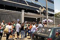 SÃO PAULO-SP-30.11.2014-FUVEST  - Espera para abertura dos portões.Universidade Uninove.Região oeste da cidade de São Paulo na manhã desse domingo,30.(Foto:Kevin David/Brazil Photo Press)