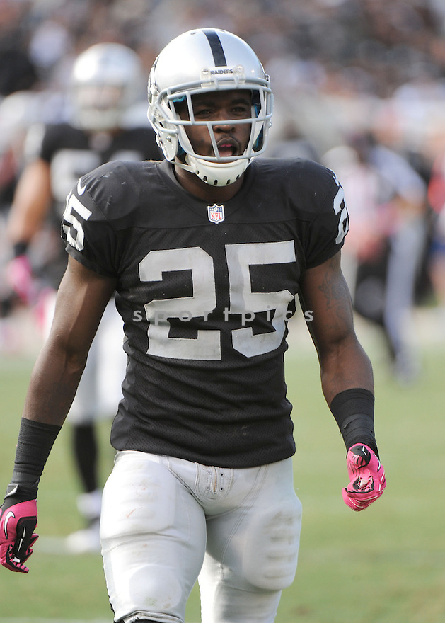 Oakland Raiders Mike Goodson (25) in action during a game against the Jaguars on October 21, 2012 at O.co Coliseum in Oakland, CA. The Raiders beat the Jaguars 26-23.