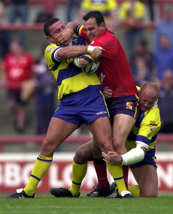Photo: Richard Lane..London Broncos v Warrington Wolves. Tetleys Super League. 17/08/2003..Andrew Hamilton attacks.