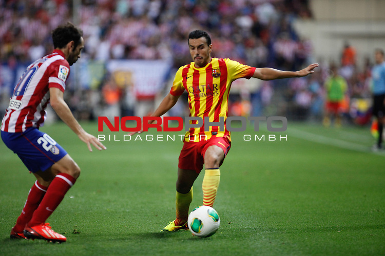 Atletico de Madrid's Juanfran Torres (l) and FC Barcelona's Pedro (r) during Supercup of Spain 1st match.August 21,2013. Foto © nph / Victor Blanco)