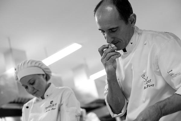 Belo Horizonte_MG, Brazil, 17th June 2009...Paco Perez analiza minunciosamente cada ingrediente de suas receitas, com cuidados mais que especiais....PHOTO: BRUNO MAGALHAES / NITRO