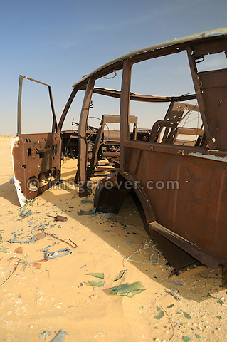 Africa, Mauritania, Sahara Desert. Remains of a burnt out Range Rover Classic 4-door on a desert piste between Nouadhibou and Choum. --- No releases available. Automotive trademarks are the property of the trademark holder, authorization may be needed for some uses.