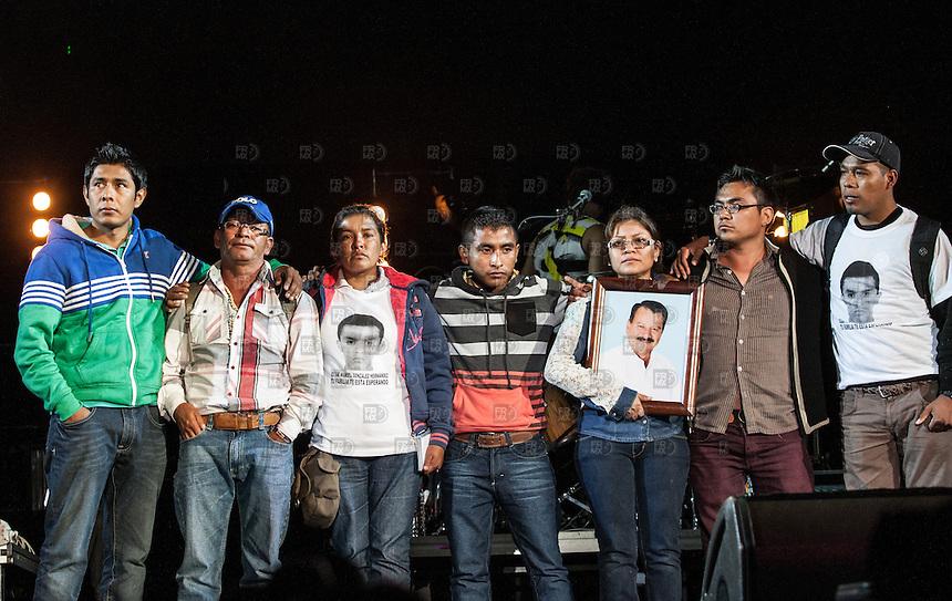 CIUDAD DE MEXICO, D.F. 22 de noviembre.-  Ren&eacute; P&eacute;rez Joglar, Residente, del  grupo Calle 13 junto a padres de normalistas desaparecidos en Ayotzinapa en el Palacio de los Deportes de la Ciudad de M&eacute;xico, 22 de noviembre de 2014.  FOTO: ALEJANDRO MELENDEZ<br /> <br /> CIUDAD DE MEXICO, DF 22 November.- Ren&eacute; P&eacute;rez Joglar Residente of Calle 13 with parents of missing normalistas Ayotzinapa in the Palacio de los Deportes in Mexico City, November 22, 2014. PHOTO: JOSE MELENDEZ