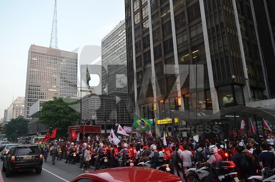 SAO PAULO, 14 DE JUNHO DE 2013 - PROTESTO COPA - Integrantes de diversos movimentos, principalmente os por moradia, fazem protesto contra a Copa do Mundo no Brasil, na tarde desta sexta feira, 14, Avenida Paulista, região central da capital. O protesto se concentrou no vão livre do Masp e seguiu em passeta até o prédio do Banco do Brasil, na esquina com a Rua Augusta onde fica o escritório da presidência da República em São Paulo. (FOTO: ALEXANDRE MOREIRA / BRAZIL PHOTO PRESS)