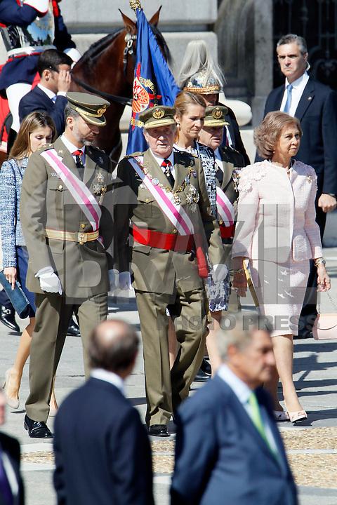 """MADRI, ESPANHA, 01 OUTUBRO 2012 - ALCANTARA 10 -  O Rei Juan Carlos e a Rainha Sofia da Espanha, acompanham a imposicao cruz laureado ato de """"Alcantara 10""""de San Fernando Regimento de Cavalaria Blindada, no Palacio Real de Madri na capital da Espanha, nesta segunda-feira, 01. (FOTO: ALFAQUI / BRAZIL PHOTO PRESS)."""