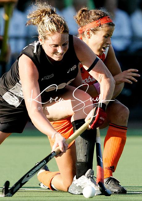 AMSTELVEEN -Sylvia Karres (r) wordt hardhandig van de bal gezet door de Nieuwzeelandse Sheree Phillips,  dinsdag tijdens de wedstrijd Nederland-Nieuw Zeeland om de Rabo Champions Trophy 2006 in Amstelveen. ANP PHOTO KOEN SUYK