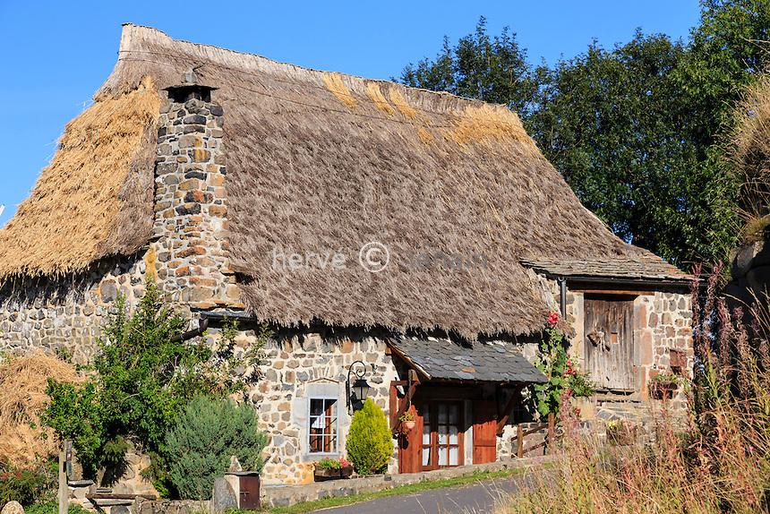 France, Haute-Loire (43), plateau du Mézenc, Saint-Front, hameau de Bigorre et ses chaumières // France, Haute Loire, Saint Front, Bigorre hamlet and thatched cottages