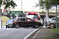 CAMPINAS, SP, 16.10.2018: ACIDENTE-SP - Um motorista perdeu o freio do veículo e atravessou a avenida Faria Lima em Campinas, interior de São Paulo, na tarde desta terça-feira (16). Enquanto atravessa a avenida o carro atingiu outro veículo, somente parando em uma árvore, deixando uma pessoa ferida com ferimentos leves. Os bombeiros realizaram o socorro da vítima. (Foto: Luciano Claudino/Código19)