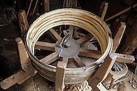 Europe/France/Poitou-Charentes/16/Charente/Cognac/Tonnellerie Seguin Moreau : Fabrication des cercles en châtaignier<br /> PHOTO D'ARCHIVES // ARCHIVAL IMAGES<br /> FRANCE 1990