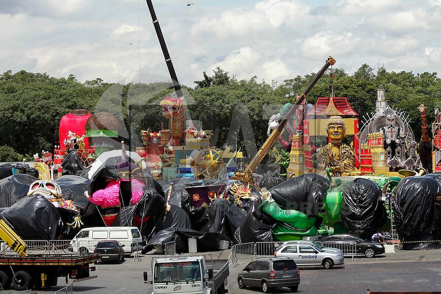 SAO PAULO, SP, 04 FEVEREIRO - CARNAVAL 2013 - MOVIMENTAÇÃO SAMBÓDROMO - Movimentação da chegada de carros alegóricos no sambódromo do Anhembi, na tarde dessa segunda-feira(04), zona norte da capital  -  FOTO: LOLA OLIVEIRA - BRAZIL PHOTO PRESS