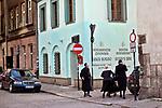 Żydowska rodzina na ulicy św. Izaaka, krakowski Kazimierz.<br /> Jewish family on St. Isaac, Krakow's Kazimierz.