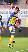 KV KORTRIJK - WAASLAND BEVEREN :<br /> Jovan Stojanovic (wit) zit in de nek van Jur Schryvers (geel)<br /> <br /> Foto VDB / Bart Vandenbroucke