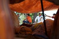 Grecia, Patrasso 2011. Rifugiati  in un improvvisato campo in una stazione ferroviaria abbandonata. Una tenda improvvisata e degli immigrati che parlano. Grece ville de Patras  2011 - refugies  dans une gare abandonnee