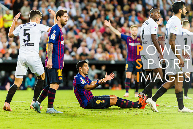 Luis Suarez of FC Barcelona (C) reacts during their La Liga 2018-19 match between Valencia CF and FC Barcelona at Estadio de Mestalla on October 07 2018 in Valencia, Spain. Photo by Maria Jose Segovia Carmona / Power Sport Images