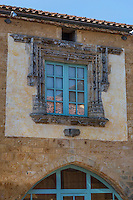 France, Lot, (46), Montcabrier: lesmaisons médiévales de la place de la Bastide, Fenêtre renaissance de la maison de la jugerie // France, Lot, Montcabrier:  medieval houses of the Place de la Bastide, House of the sixteenth century,  renaissance window