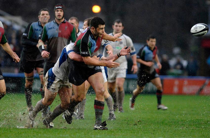 Photo: Richard Lane..NEC Harlequins v Bath Rugby. Guinness Premiership. 06/01/2007. .Quins' Nick Easter passes.