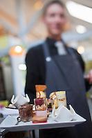 Europe/France/Ile-de-France/77/Seine-et-Marne/Brie-Comte-Robert:  Restaurant: La Fabrique, Service de la ronde des desserts [Non destiné à un usage publicitaire - Not intended for an advertising use]