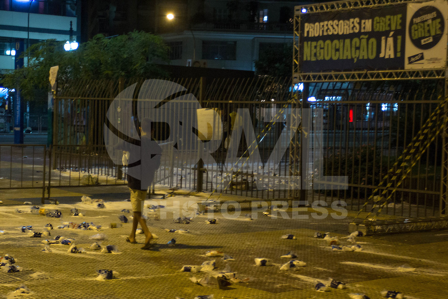 SÃO PAULO,SP, 30.04.2015 - PROFESSORES - SP -  Sal fica espalhado ao fim da manifestação em frente da secretária da educação na noite desta quinta-feira, (30). (Foto: Renato Mendes / Brazil Photo Press).