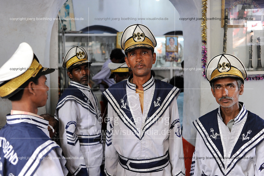 INDIEN Kolkata Musiker einer Blechband in Matrosenuniform spielen auf Hochzeiten / INDIA Kolkata Calcutta, brass band musicians in sailor uniform perform on weddings
