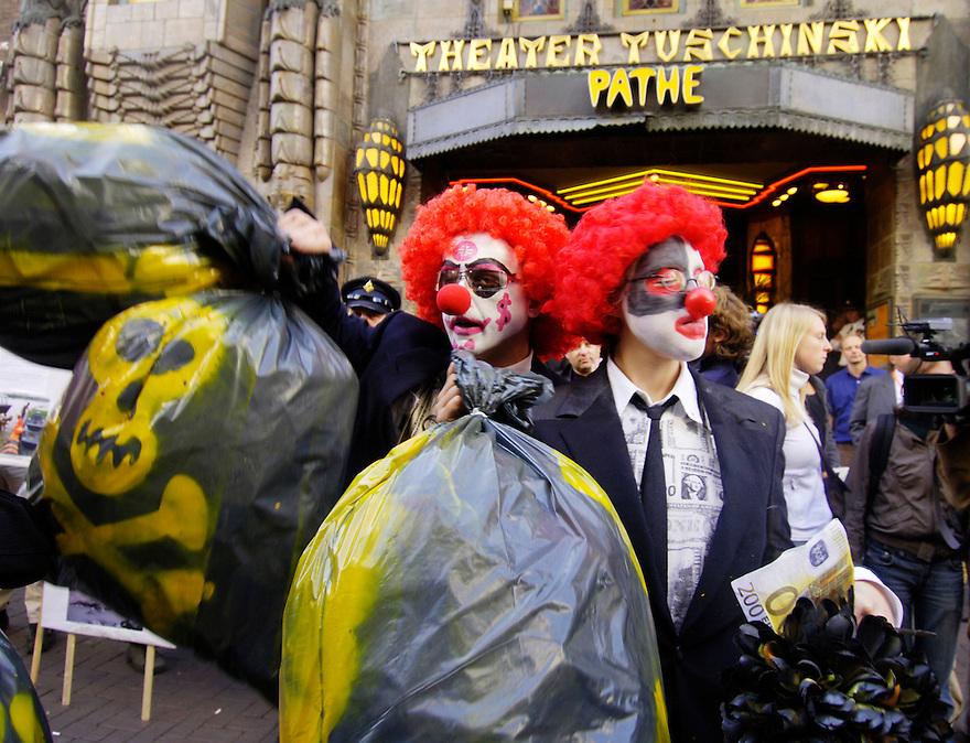 Nederland, Amsterdam, 16 okt 2006&amp;#xA;Activisten protesteren voor Tuschinsky, waar op dat moment een bijeenkomst is van de World Bank. ABNAmro en Shell doen hier aan mee. De activisten protesteren omdat deze alleen aandacht hebben voor het gewin van aandeelhouders, en niet voor het milieu, de klimaatveranderingen door vervuiling en uitstoot.&amp;#xA;&amp;#xA;&amp;#xA;Foto: (c) Michiel Wijnbergh<br />