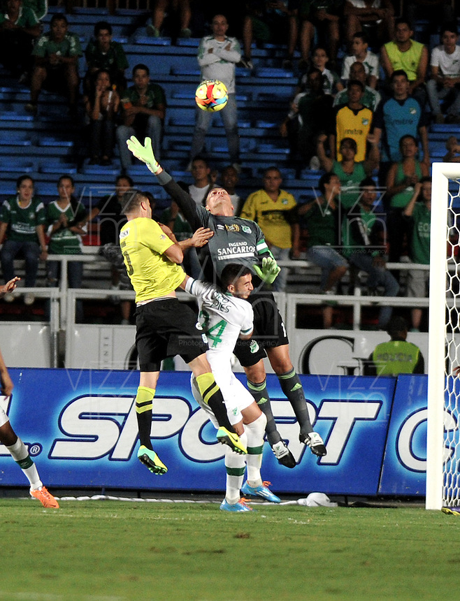 CALI- COLOMBIA -22 -01-2014: Farid Mondragon (Der.) y Luis calderon (Cent.) jugadores de Deportivo Cali disputan el balón con Francisco Najera (Izq.) jugador del Atletico Nacional en durante partido de ida por la Super Liga 2014, jugado en el estadio Pascual Guerrero de la ciudad de Cali. / Farid Mondragon (R) and Luis Calderon (C) players of Deportivo Cali vie for the ball with Francisco Najera (L) player of Atletico Nacional during a match for the first leg of the Super Liga 2014 at the Pascual Guerrero Stadium in Cali city. Photo: VizzorImage  / Luis Ramirez / Staff.