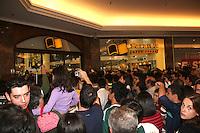 """SAO PAULO, SP, 07 AGOSTO 2012 - LANCAMENTO LIVRO GOLEIRO MARCOS - O jornalista Mauro Betting, autor da biografia """"Nunca fui santo"""", que conta a trajetória do ex-goleiro Marcos, e reuniu centenas de torcedores do Palmeiras e fãs na Livraria Saraiva do Shopping Eldorado, na zona oeste de São Paulo, na tarde desta terça-feira (07), para sessão de autógrafos. FOTO: ADRIANA SPACA - BRAZIL PHOTO PRESS."""