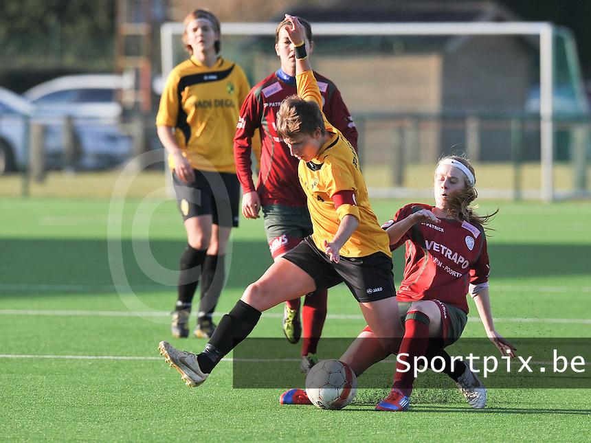 Dames Zulte Waregem - SK Lierse WD : Silke Demeyere met de tackle op Niki De Cock.foto DAVID CATRY / Vrouwenteam.be